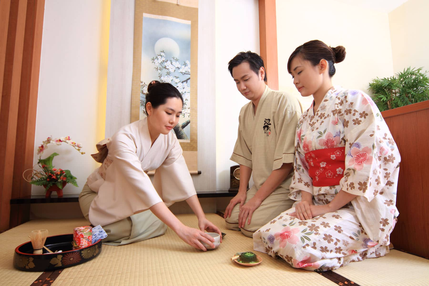 Ikeda Spa therapist doing chado in front of customers